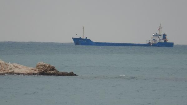 Akdeniz'de dev dalgalar nedeniyle gemiler demir attı