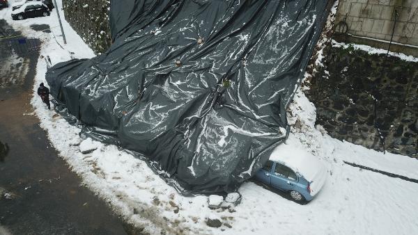 Kağıthane'de istinat duvarı 4 aracın üzerine çöktü
