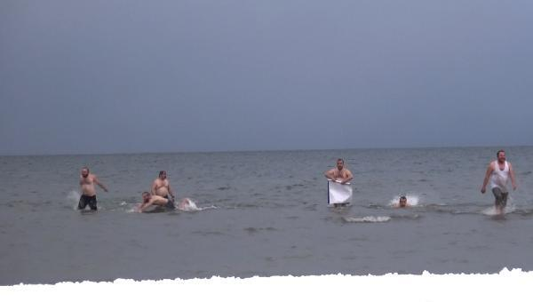 Kar ve soğuğa aldırmadan İznik Gölü'nde yüzdüler