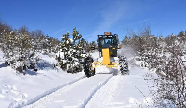 Karabük'te karla kaplı köylerde yaşayan 85 yaş ve üzeri vatandaşlar evlerinde aşılandı