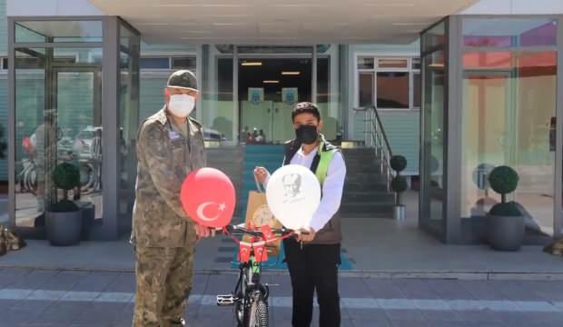 Bakan Akar'dan Şırnaklı çocuklara bisiklet hediyesi