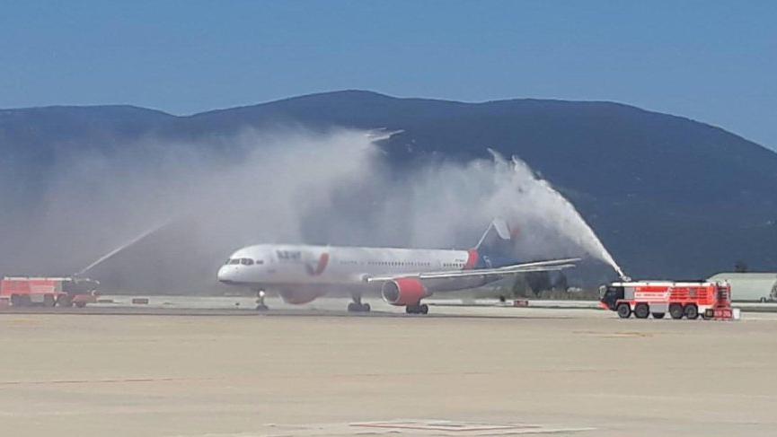 Bodrum'a sezonun ilk Rus turist kafilesini getiren uçak su takı ile karşılandı